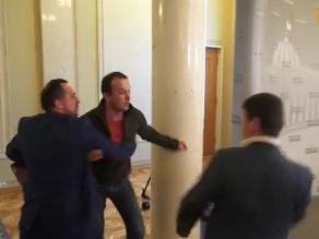 YouTube: diputados ucranianos se agarran a golpes