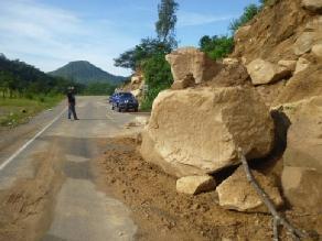 Apurímac: vehículo queda atrapado en la carretera por derrumbes