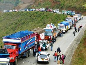 Cusco: más de 400 vehículos varados por riachuelo en La Convención