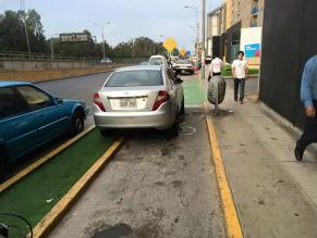 Auto invade ciclovía en el centro de Lima