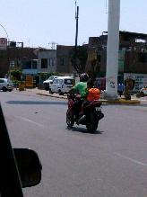 El Agustino: niño viaja sin seguridad en una moto