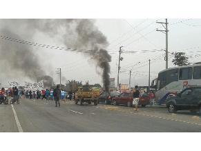 Pasajeros varados por bloqueo de Panamericana Norte en Chancay