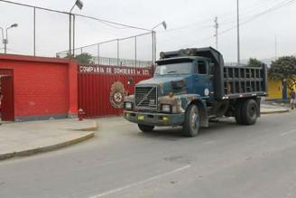SJL: camión bloquea salida de unidades de estación de bomberos