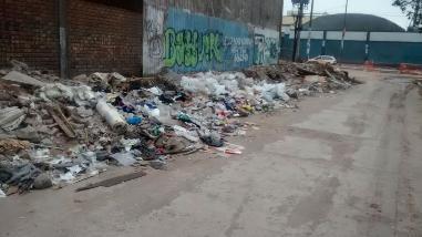 Calles del centro de Lima llenas de desmonte y basura