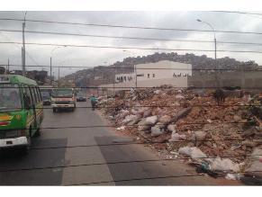 Desmonte acumulado en berma central obstruye el tránsito vehicular