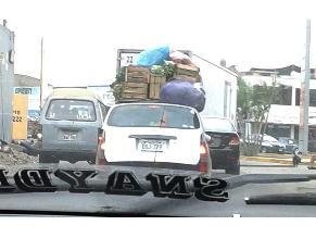 Vehículo transporta excesiva carga en la Carretera Central