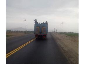 La Libertad: camión circula con pasajeros en la tolva