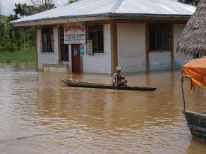 Río Ucayali arrasó con tres colegios y una loza deportiva