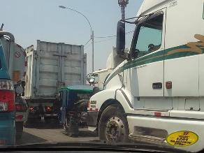 Mototaxi circula por avenida principal del Callao