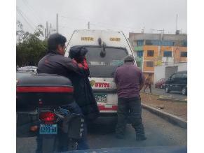 Los Olivos: cobrador de combi orina encima de vehículo en vía pública