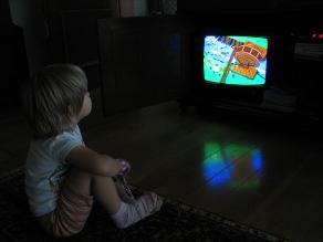 Ver TV más de dos horas diarias aumenta el riesgo de hipertensión en niños