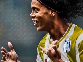 Twitter: Ronaldinho se suma a las confusiones por el color del vestido