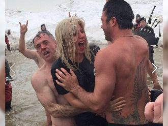 Lady Gaga retó al frío y se metió en aguas gélidas
