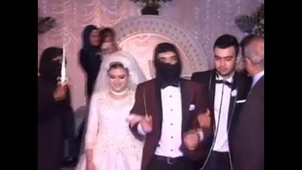 Pareja egipcia se casa al estilo yihadista, con dagas y en una jaula