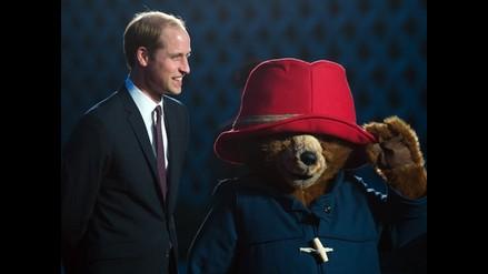 Príncipe Guillermo revive su infancia con el oso Paddington