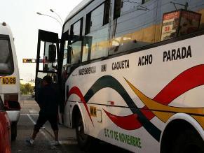 Trabajador de transporte público micciona en vía pública