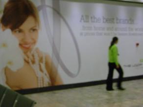 Alcaldía de Roma ordena retirar carteles con publicidad machista