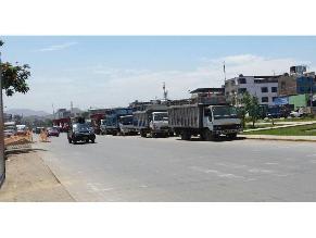 Camiones toman avenida como estacionamiento en VES