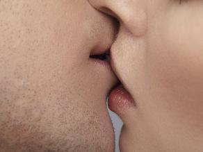 Los besos apasionados ayudan a cuidar tus dientes