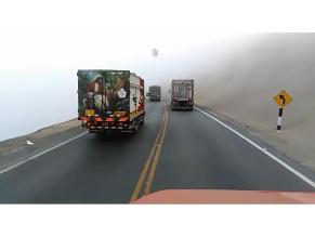 Vehículos invaden carril contrario en Pasamayo
