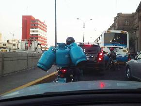 Motociclista carga balones de gas temerariamente por la avenida Alfonso Ugarte