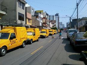 Vehículos estacionados reducen a un carril calle en Surquillo