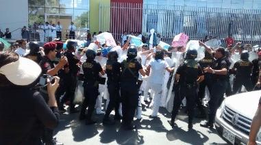 Chimbote: policías arrojan gas pimienta a universitarios en protesta