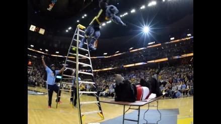 NBA: Mascotas imitan movimientos extremos de la WWE