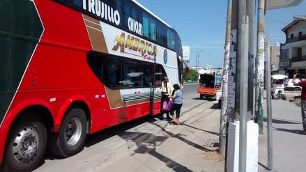 Nuevo Chimbote: empresa de transportes embarca pasajeros en la vía pública