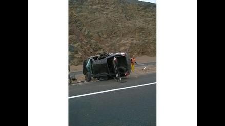 WhatsApp: Auto se voltea en curva de Pasamayo