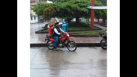 WhatsApp: Dos sujetos arriesgan su vida en una moto