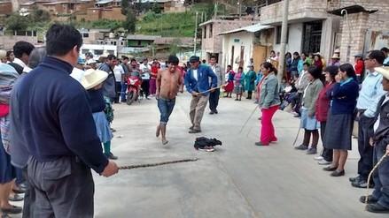 Cajamarca: jóvenes son castigados por robar gallinas en Molepampa