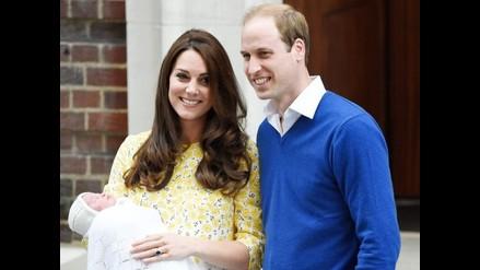 Duques de Cambridge salen con su hija recién nacida del hospital