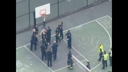 EEUU: Sujeto moviliza a policías para que lo liberen de aro de básquet