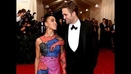 Robert Pattinson y FKA Twigs planean una boda de salchichas y puré