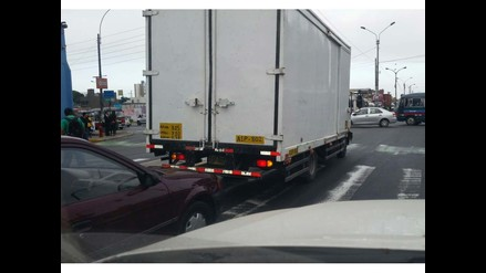 WhatsApp: vehículo invade líneas peatonales en el Cercado