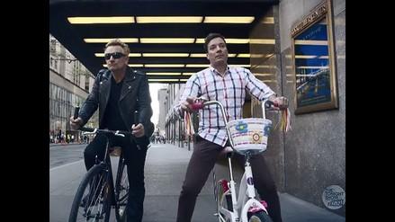 Bono vuelve a montar bicicleta gracias a Jimmy Fallon, pero...