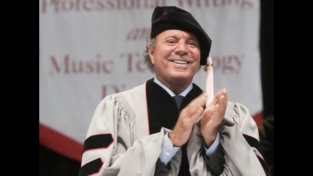 Julio Iglesias recibió doctorado Honoris Causa de Berklee