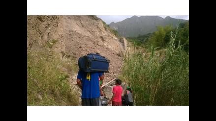 Cajamarca: pasajeros arriesgan su vida para cruzar vía por derrumbes