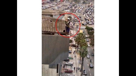 WhatsApp: trabajador arriesga su vida desde la azotea de un edificio en San Isidro