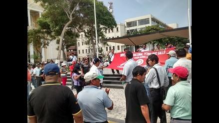 Trabajadores de universidad toman pérgola del parque de Chiclayo