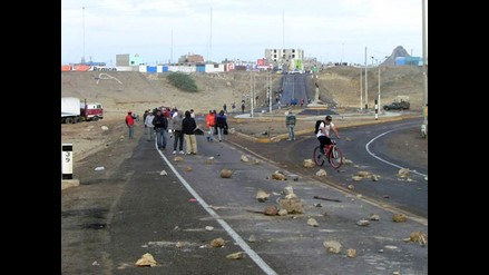 Marcona: más de mil obreros bloquean carretera por huelga indefinida