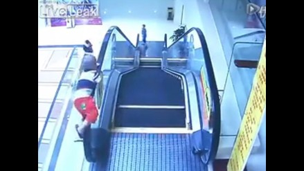 YouTube: niño de dos años sobrevive tras caer de escaleras eléctricas
