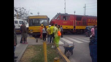 Accidente de tren y bus deja dos heridos en el Callao