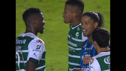 Ronaldinho pierde la final y jugadores rivales le piden su camiseta