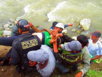 Andahuaylas: un muerto dejó el despiste y caída de un bus al abismo