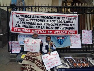 Docentes acatan huelga de hambre en el frontis de la Catedral de Huacho