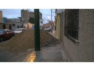 WhatsApp: desmonte de piedras bloquean vereda en Surco