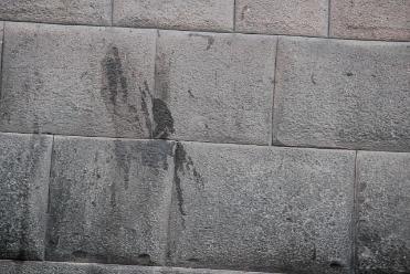 Indignante: muros incas fueron dañados con grasa en Cusco