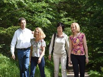 El esposo de Merkel es el anfitrión de las parejas de los líderes del G7